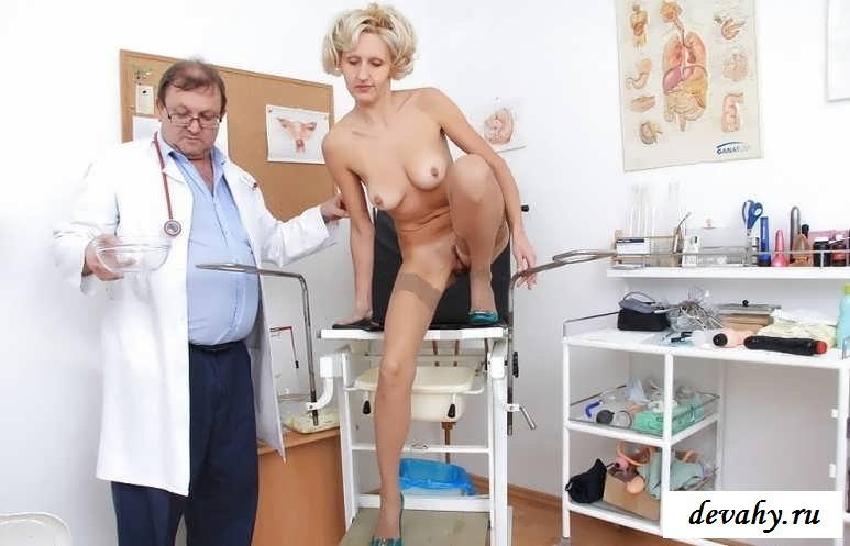 Обнаженные  у врача барышни проходят осмотр (20 эротические фотографии)