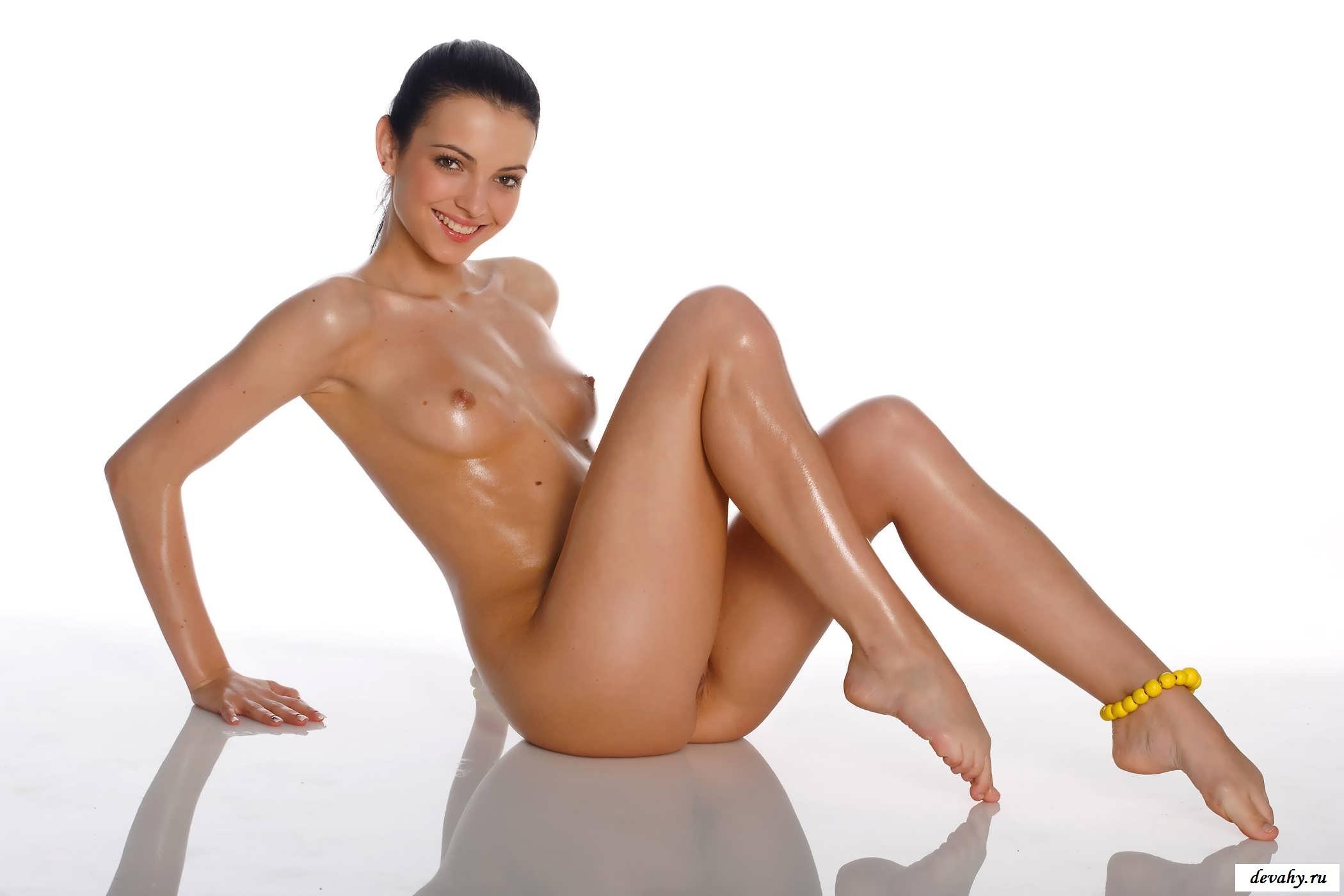 Обнаженная  в масле узкая вагина шалавы (15 эро фоток)