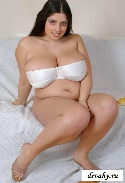 Голые полные отвисшие груди брюнетки (15 фото эротики)