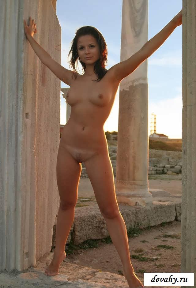 Сиськи без силикона богини среди колон (16 фото эротики)