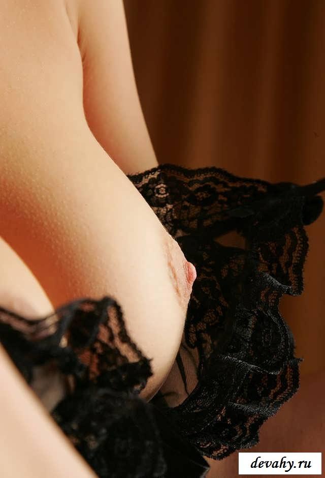 Прекрасная девственница на шикарной постели (15 фото эротики)