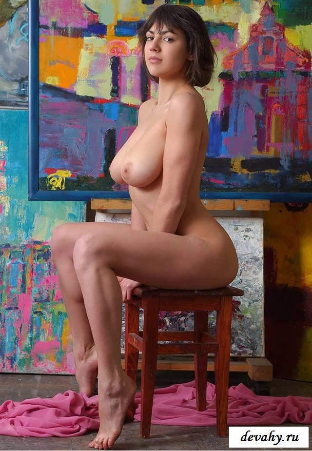 Полненькой порно женщина позирует художнику