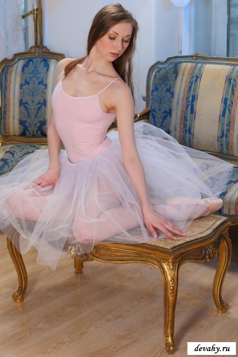 Похотливый танец симпатичной балерины