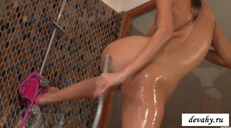 Эротика в ванной выбритой актрисы (29 картинках)