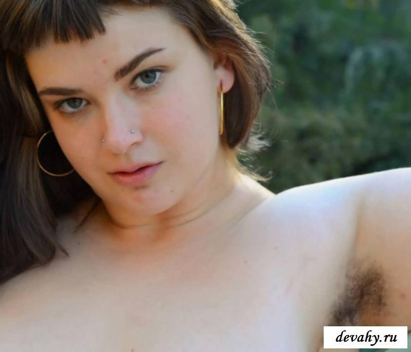 Заросшая вульва голой крупной шлюхи (15 эротических снимков) секс фото