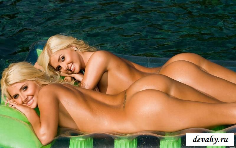 Роскошные тела голых близняшек (16 фото эротики)