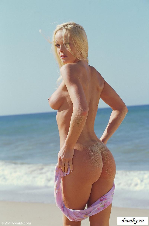 Обворожительная голая нудистка на пляже