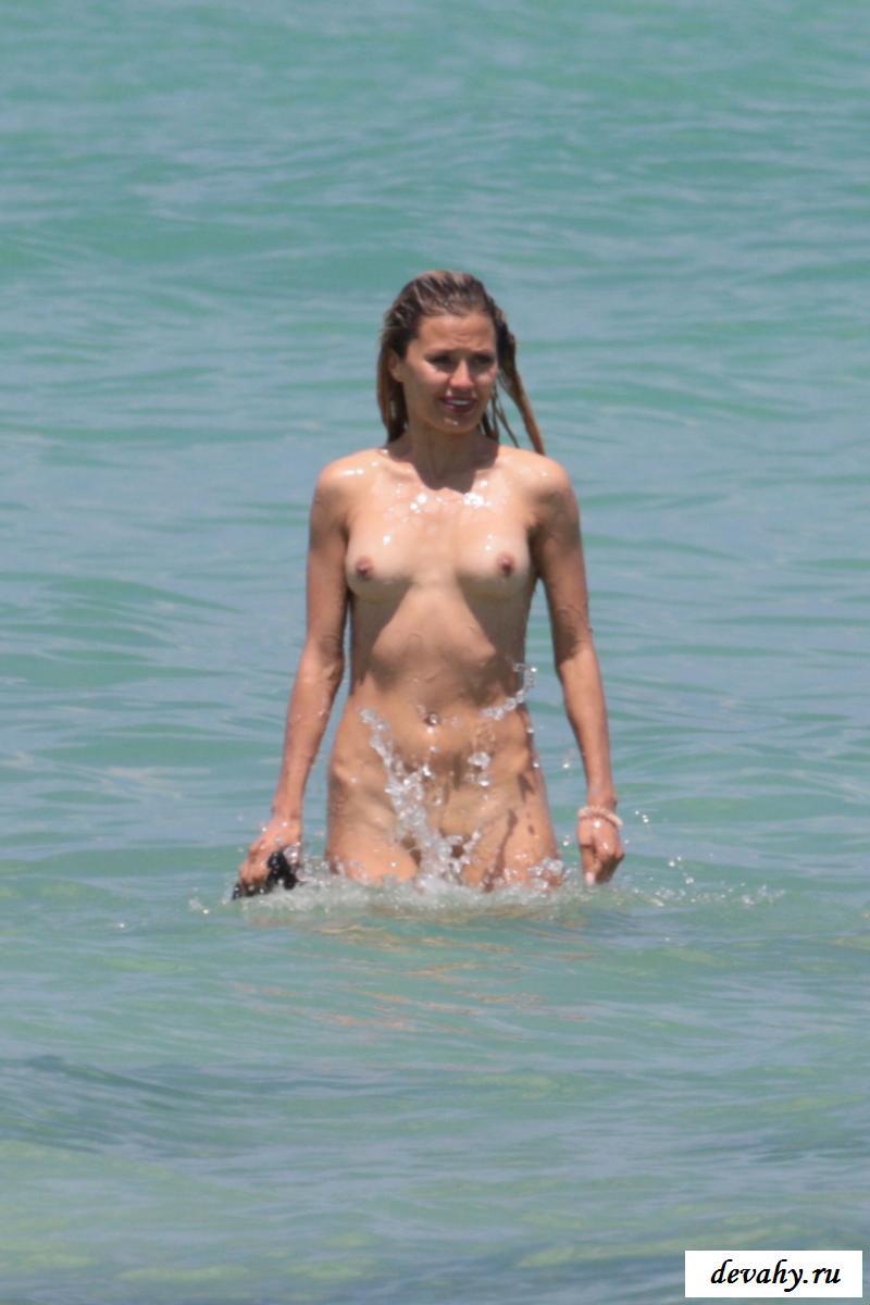 Знаменитая нагая Виктория Боня у моря