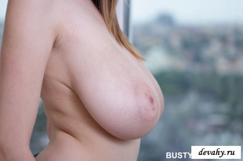 Голая барышня с фантастическими большими грудями