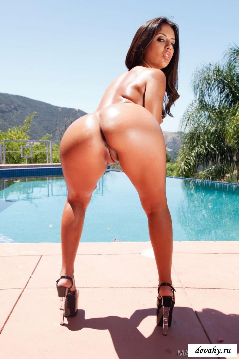 В бассейне показала голенькую попу