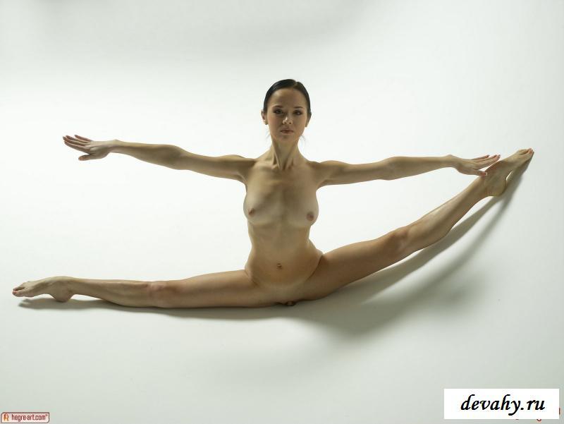 Стройная девушка эротично принимает гимнастические позиции