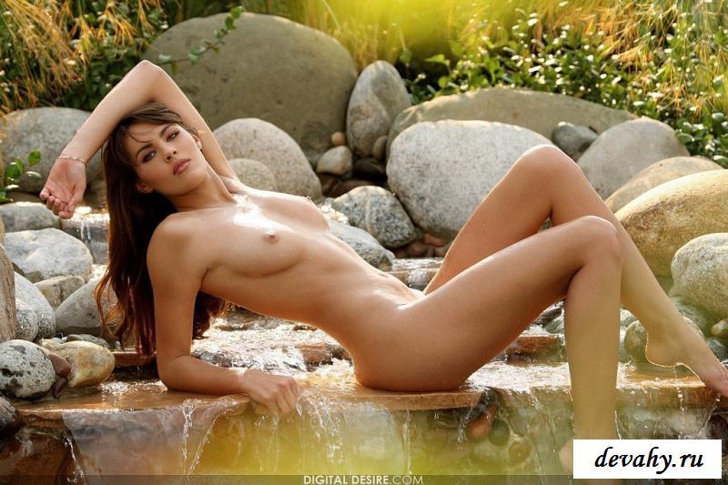 Притягательная девка снимает лифчик на природе
