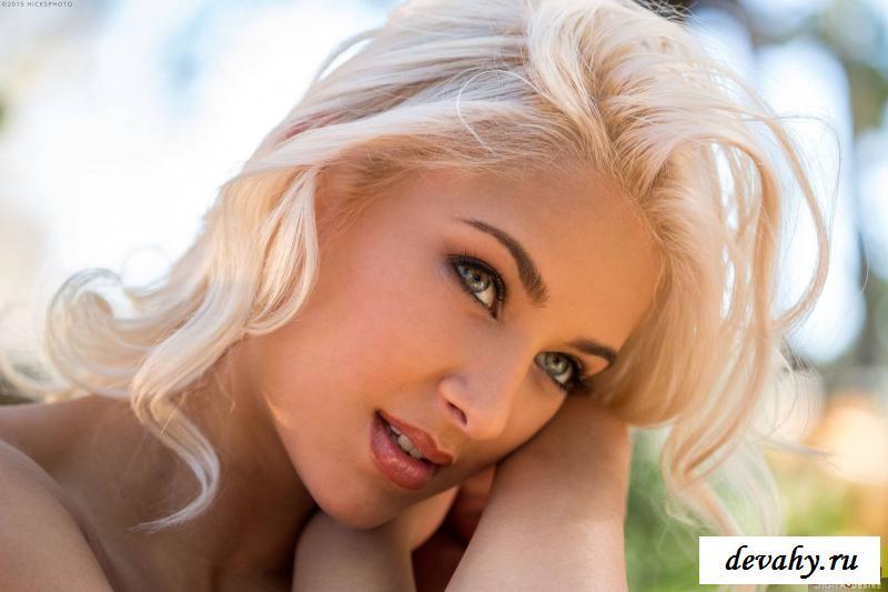 Сексуальная блондинка осталась голая у фонтана