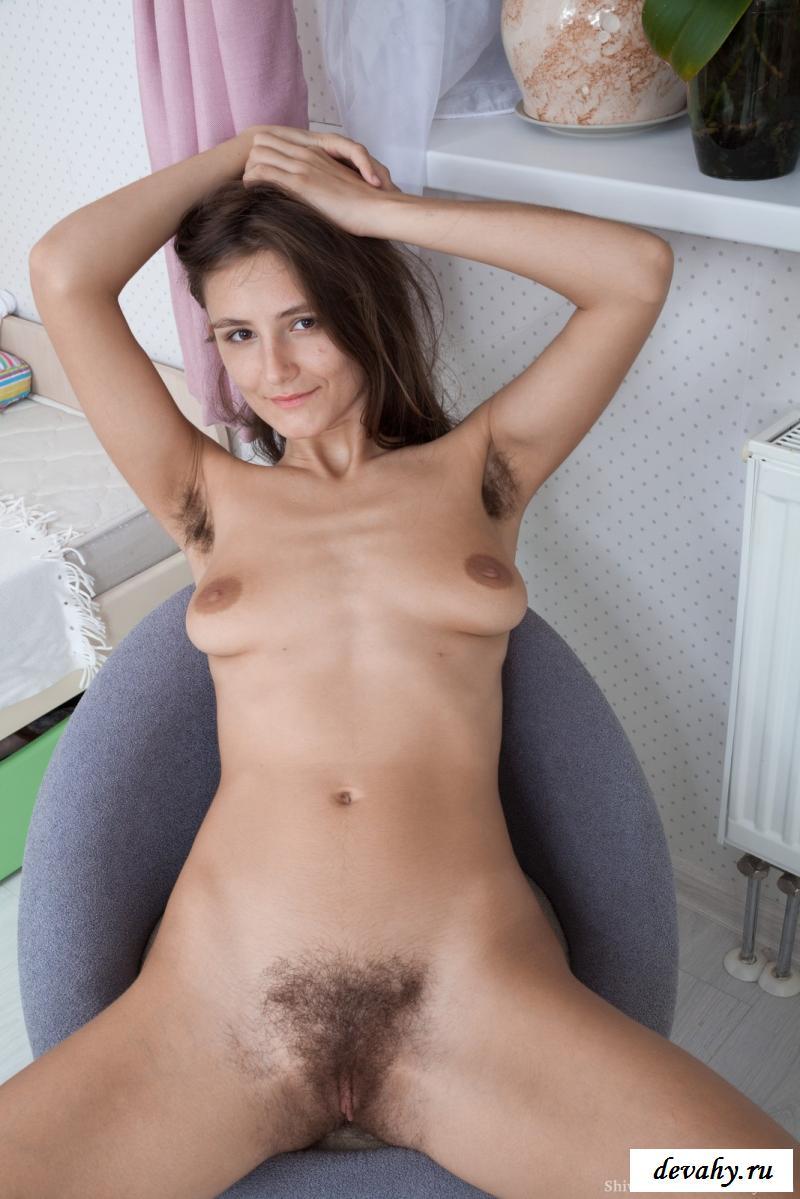 Обнаженная девушка ловко показала волосатую промежность