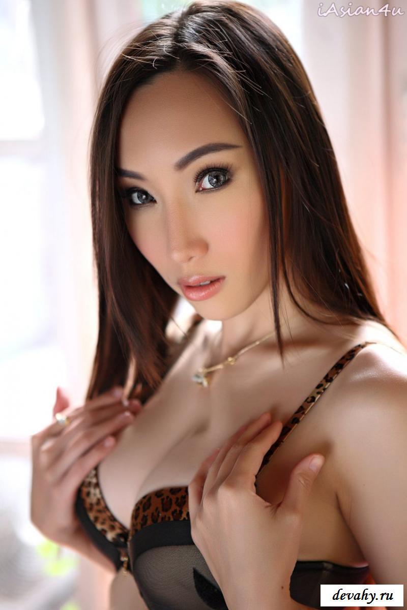 Брюнетка восточной внешности показывает голые титьки