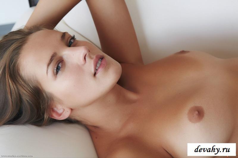 Обнаженная шатенка показала вагину на диване