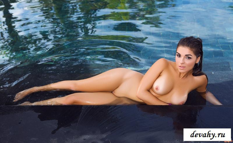 Голая девушка в бассейне при отеле