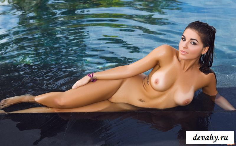 Голая деваха в бассейне при отеле
