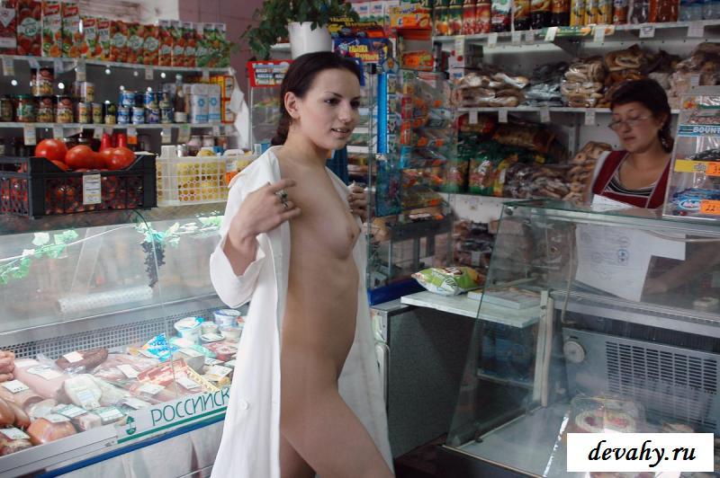 Девка замутила магазинную фотосессию совершенно голой