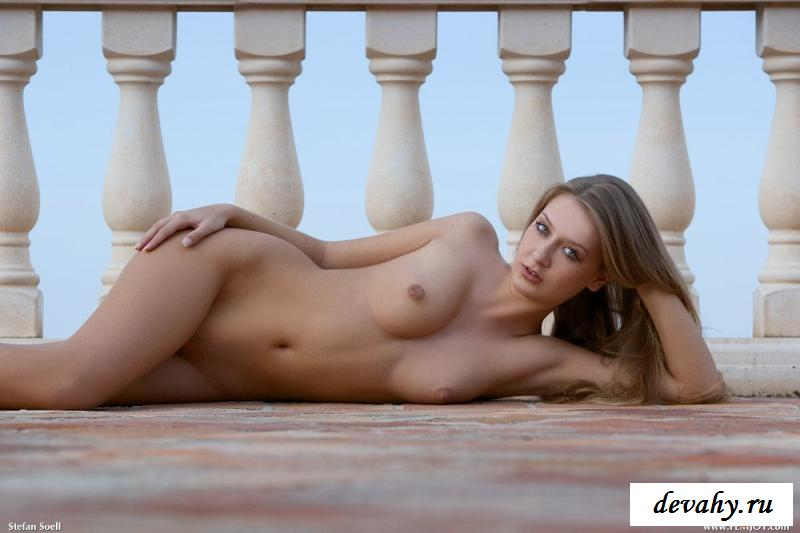 Девушка разделась на балконе гостиницы