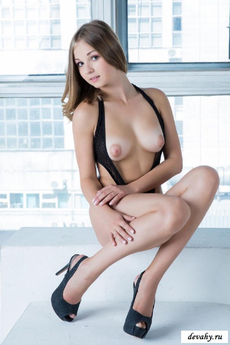 Сексапильная красавица снимается на подоконнике отеля