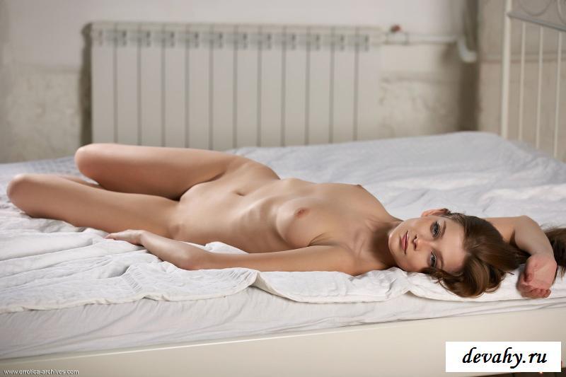 Голая шалашовка фоткается на двуспальной постели