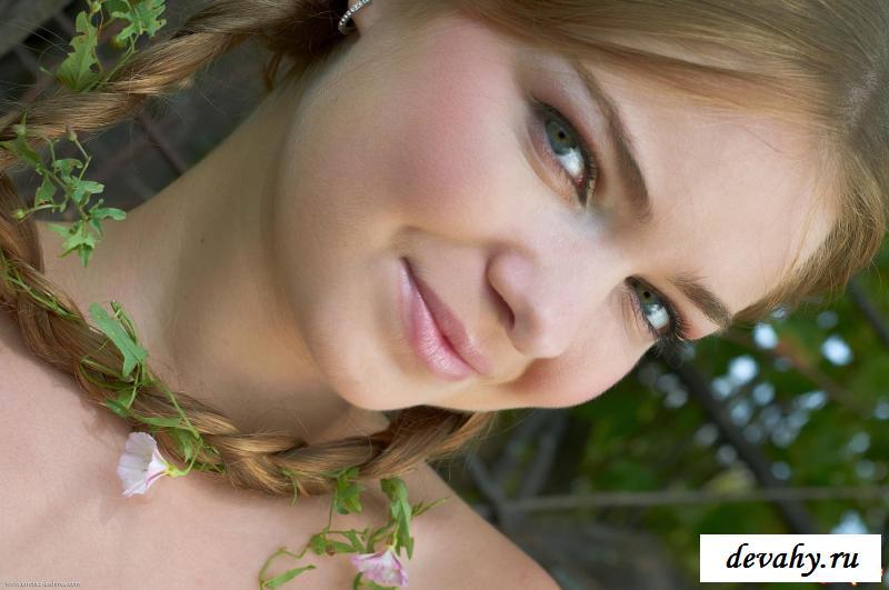 Соблазнительная девка с хорошими косами в поле