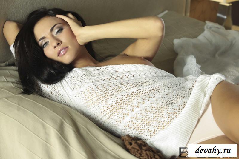Чувственная шатенка стягивает трусы в кроватке секс фото