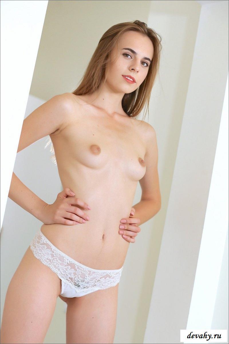 Сексуальная телка в высоких чулках