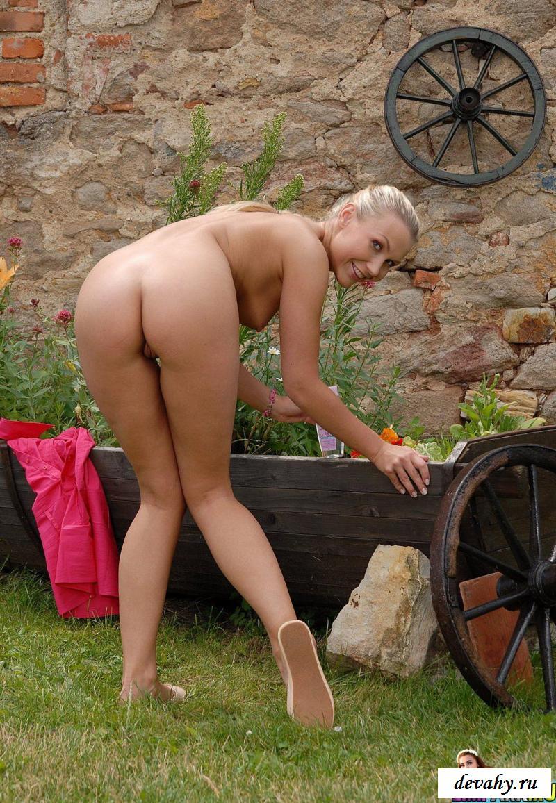 Голая блондинка показала сочную писечку