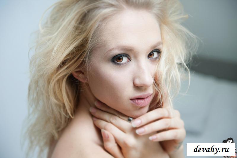 Блондиночка в гетрах показала обнаженная грудь