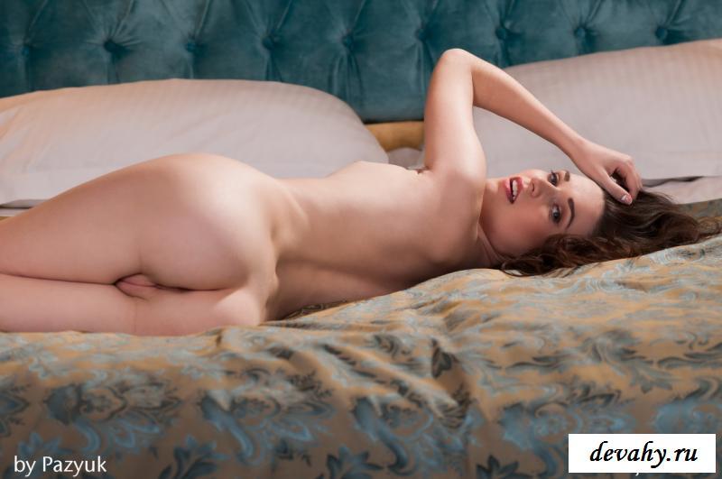 Шатенка совратила обнаженной киской лежа в кроватке смотреть эротику