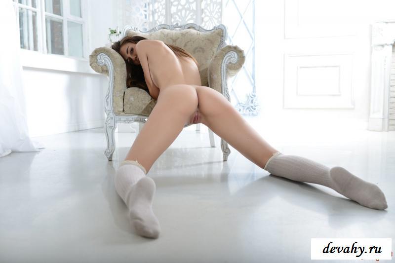 Сексуальная телка в высоких гольфах оголилась