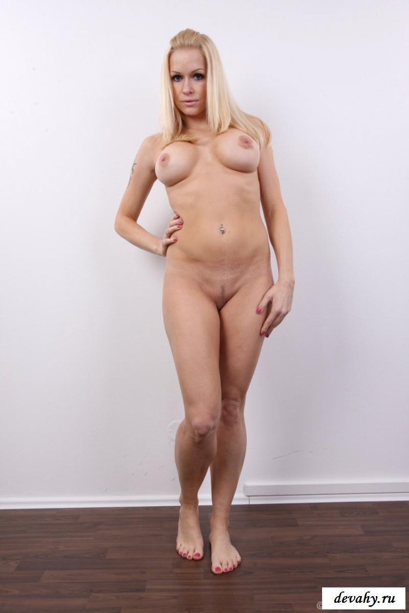 Раздетая блондинка показала теточную киску