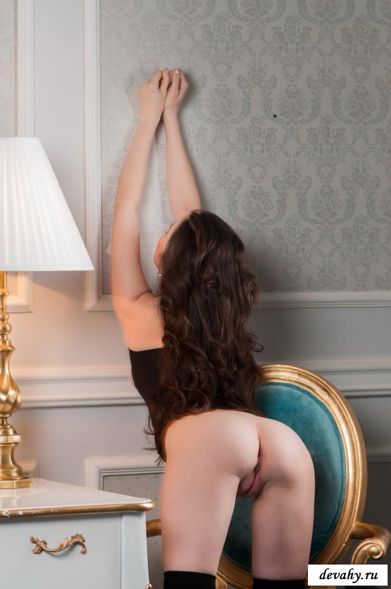 Похотливая сучка взбудоражила гладкой вульвой секс фото