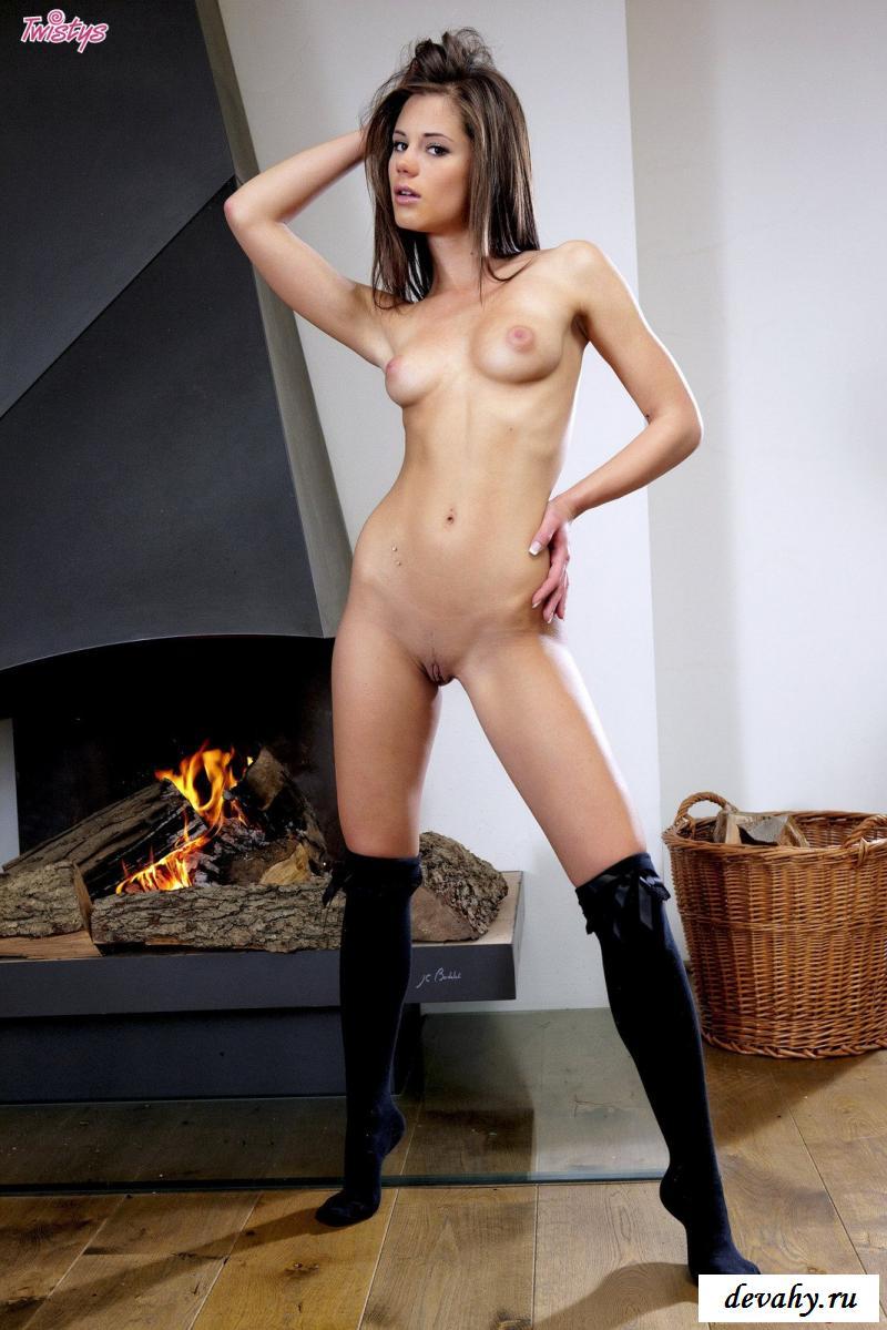 Изящная девка в крупных носках снимает лифчик