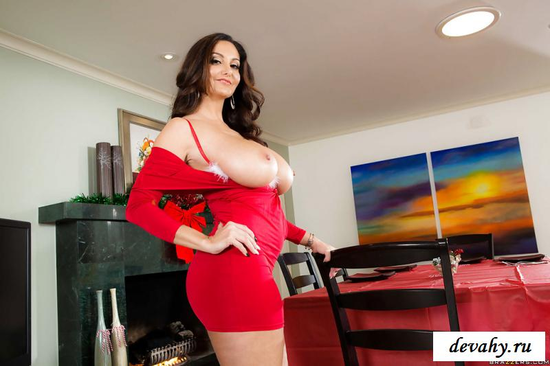 Женщина с большими сиськами эротично снимает платье
