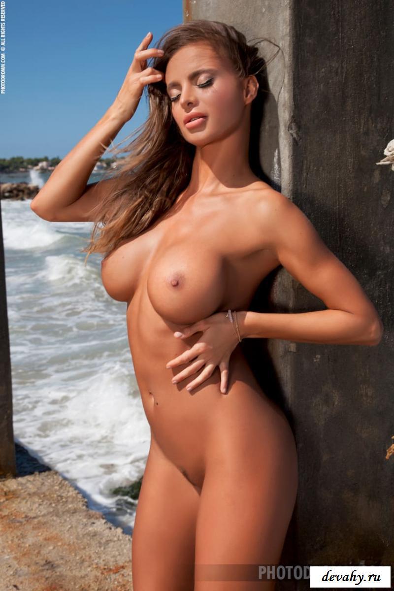 Сисястая путана, устроила эротическую фотосессию на пляже