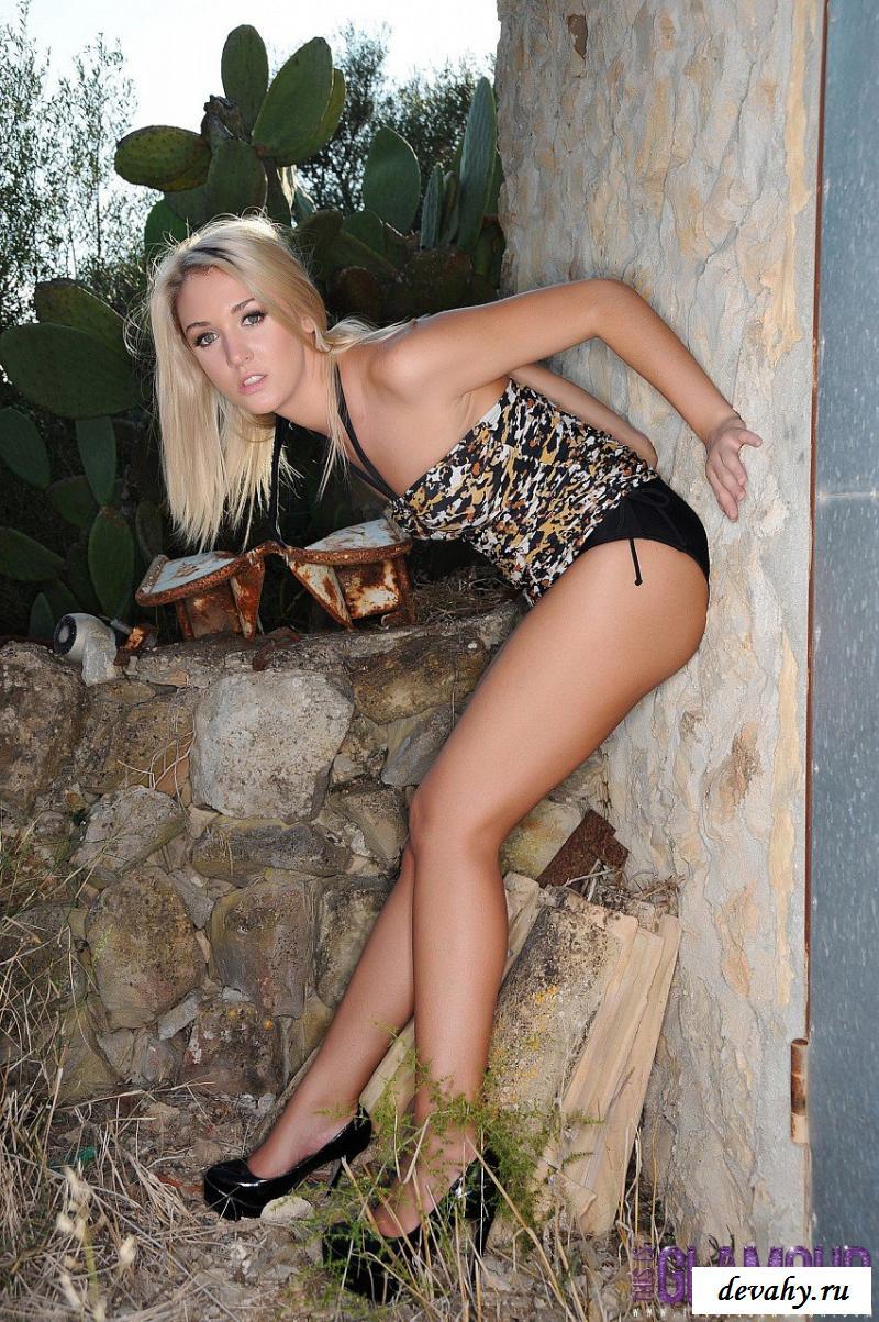 Шкура обнажила сиськи в домашнем саду