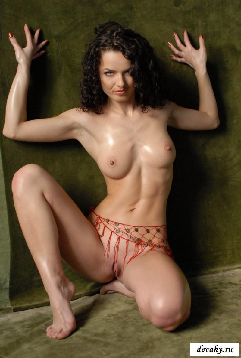 Вихрастая брюнетка продемонтстрировала нагую фигуру смотреть эротику