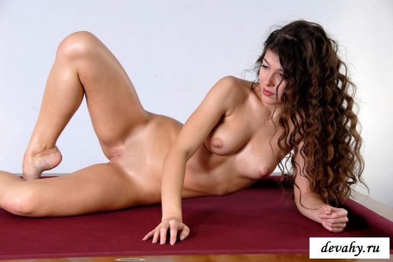 Курчавая бестия эротично шалит в бильярд секс фото
