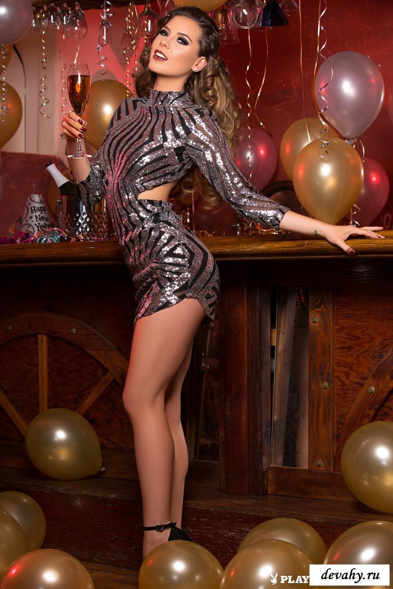 Шлюшка соблазнительно скинула блестящее платье смотреть эротику