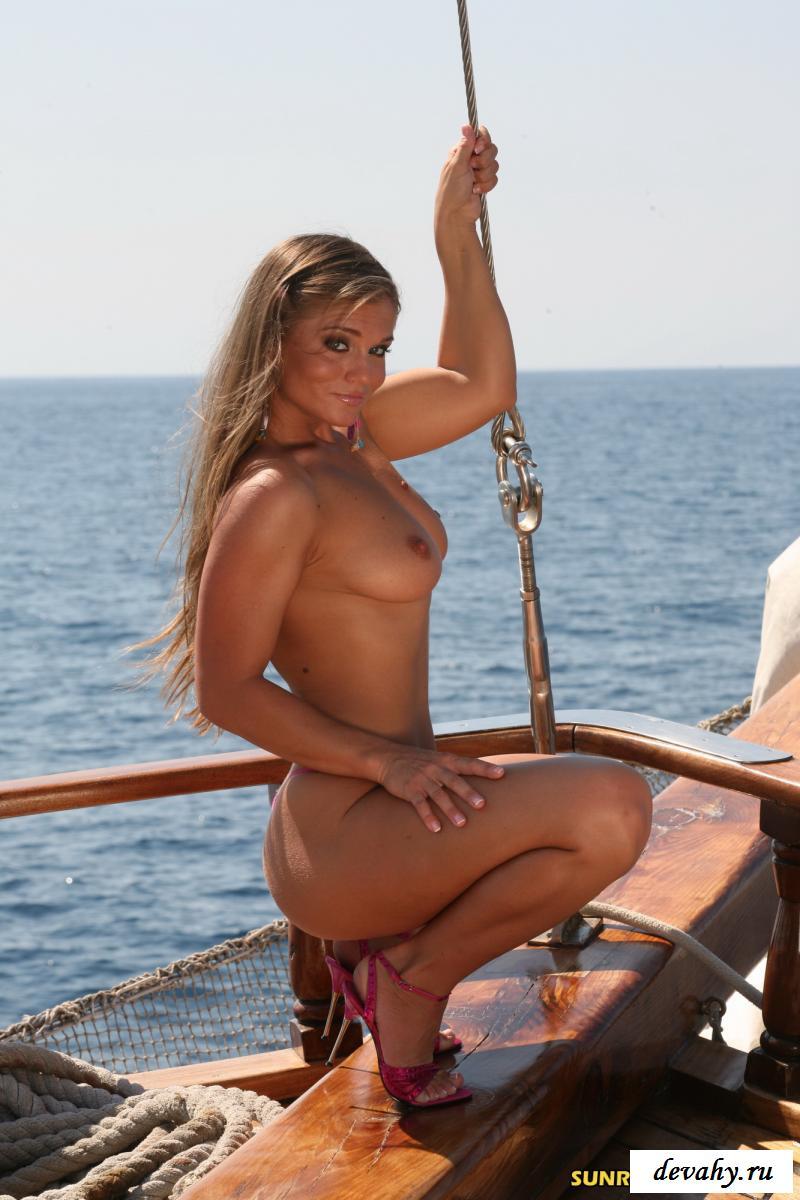 Знойная милфа  ходит по яхте голышом