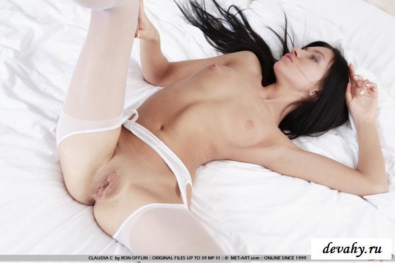 Шалава в белых гетрах бахвалится обнаженным торсом секс фото