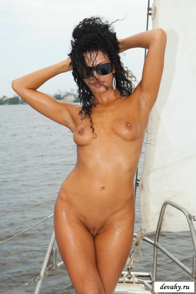 Обнаженная русая порноактрисса плывёт на посудине