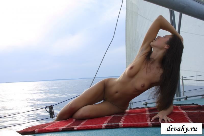 Русская красотка сексуально разделась на корабле