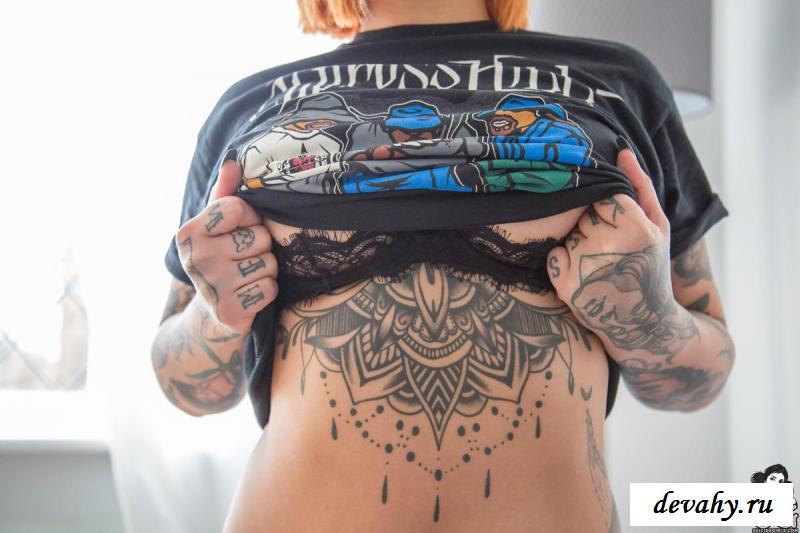 Эротика от татуированной девушки с септумом в носу