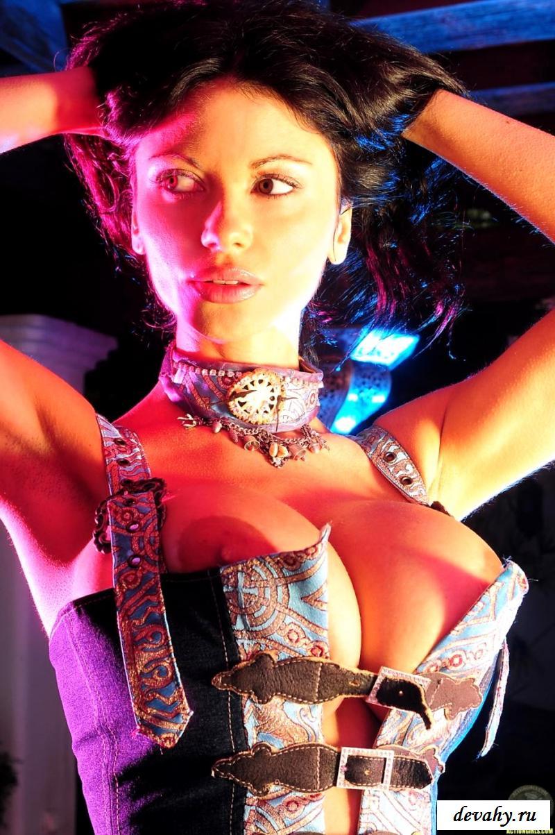 Эротика от страстной танцовщицы в корсете