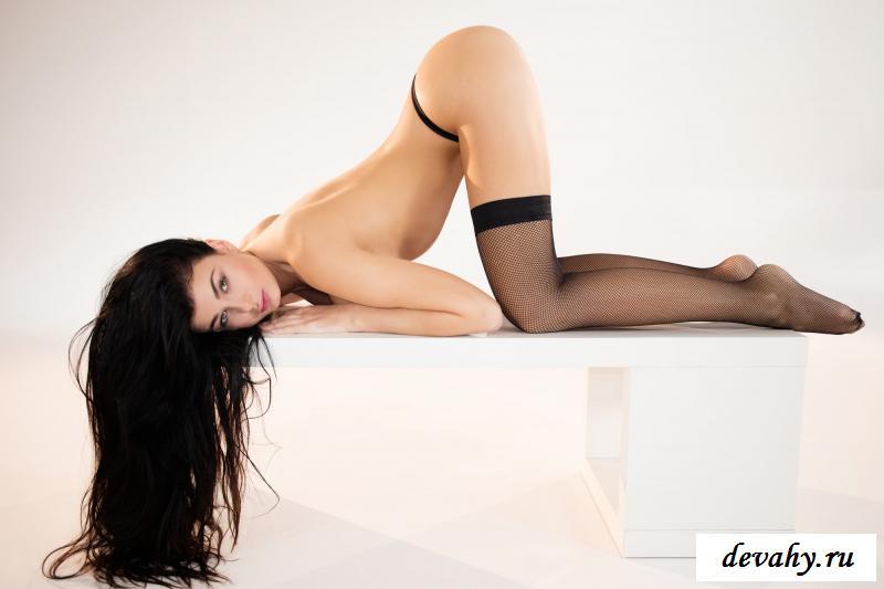 Темненькая девушка в гетрах совратила голыми сиськами