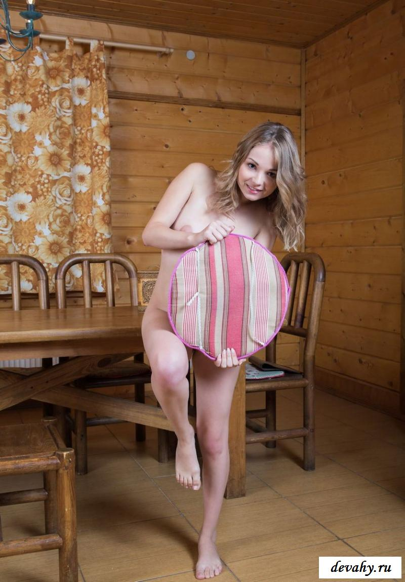 Деревенская барышня эротично позирует в доме